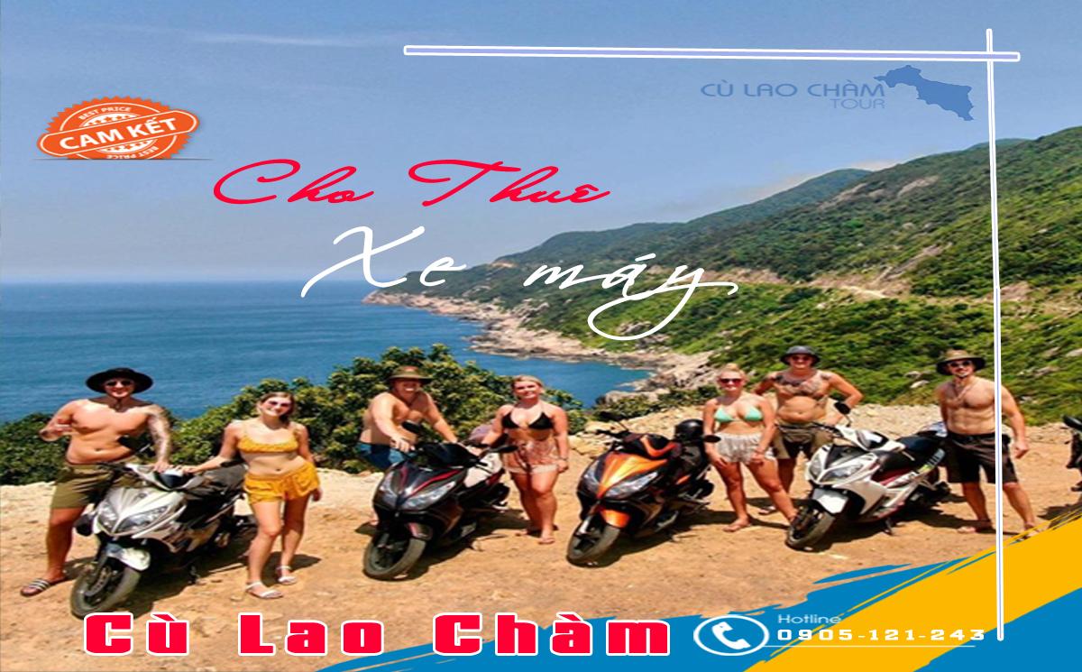 Khách du lịch thuê xe máy đi quanh đảo