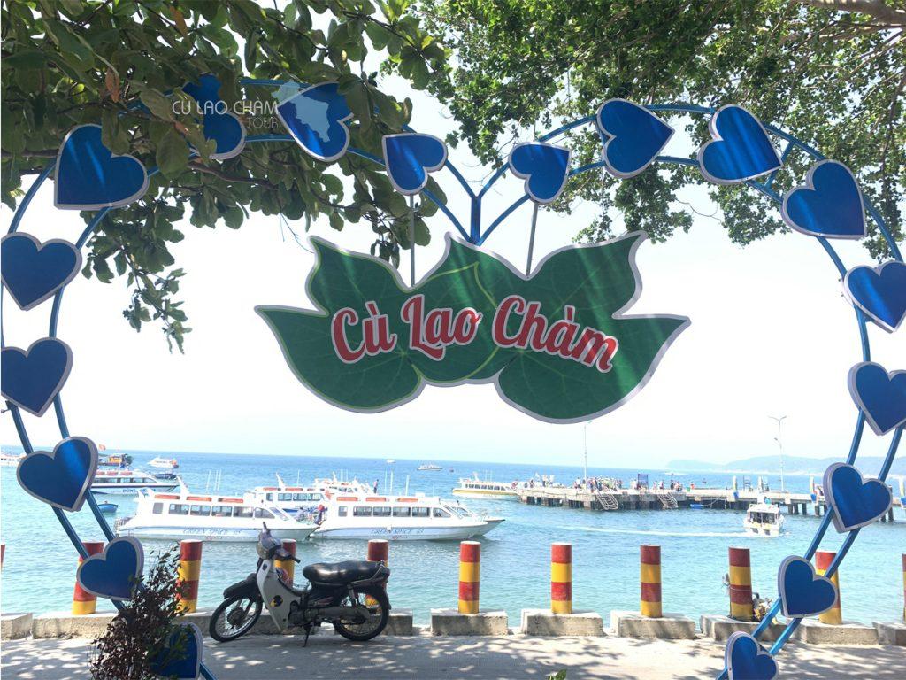 Cầu cảng Cù Lao Chàm nhìn từ xa