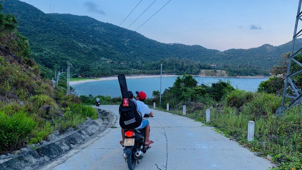 Dạo quanh đảo bằng xe máy