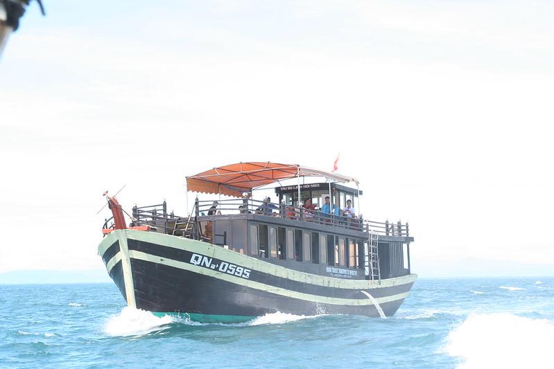 Tàu gổ vận chuyển nhu yếu phẩm ra đảo