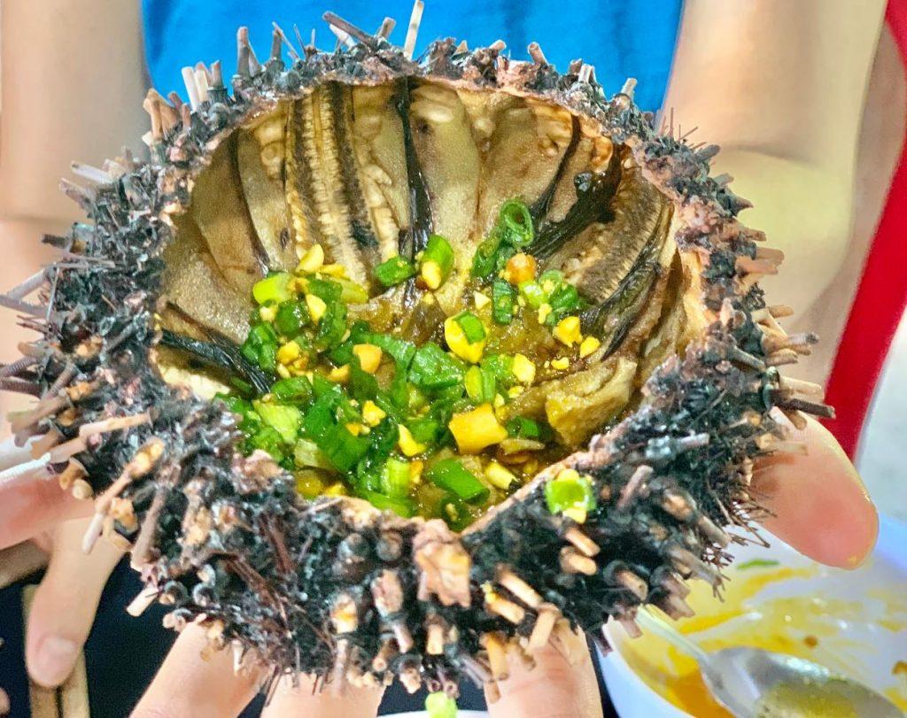 Cầu gai nướng - món ăn nhanh tại chợ hải sản