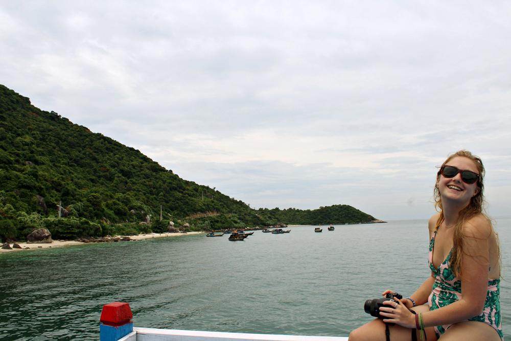 Biển trong xanh tại đảo Cù Lao Chàm hấp dẫn nhiều du khách trong và ngoài nước