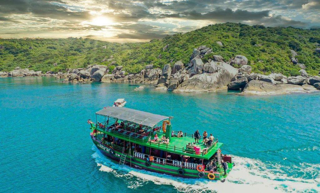 Tàu gỗ di chuyển tham quan, lặn biển tại các đảo nhỏ Cù Lao Chàm