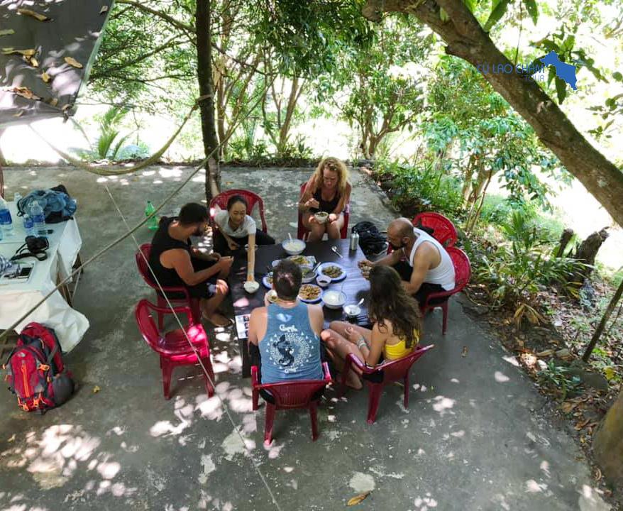 Du khách ăn trưa tại khu sinh thái Rẫy Ông Bàng