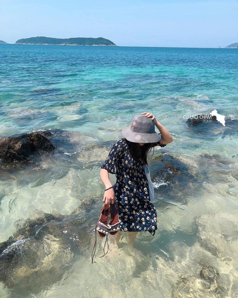 Du khách đi dạo tại Bãi Bìm Cù Lao Chàm