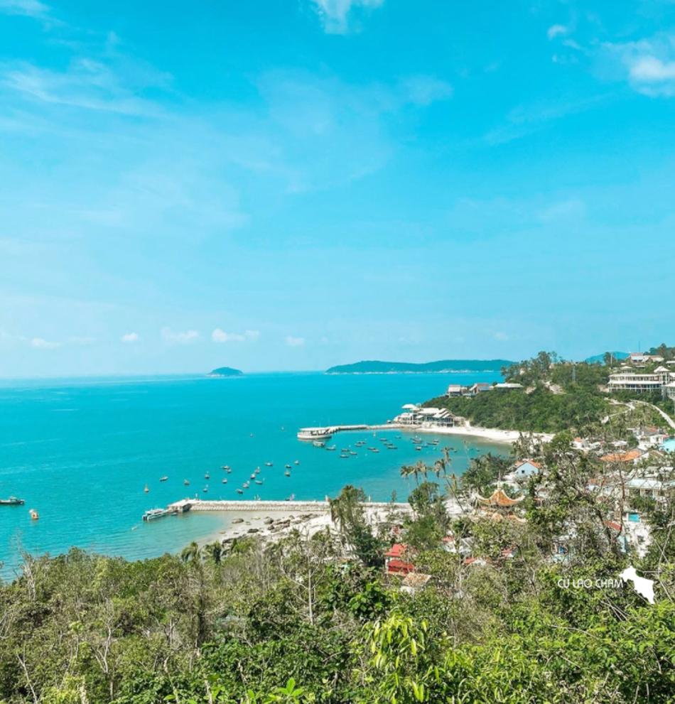 Bãi Hương nhìn từ đường ven biển