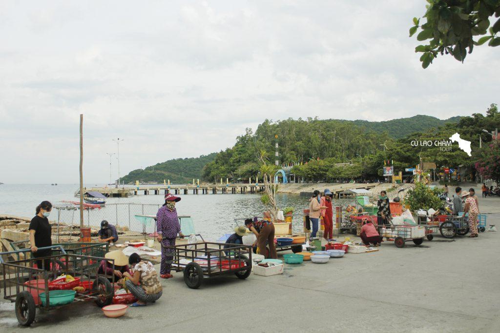 Ngư dân buôn bán hải sản trước Chợ Tân Hiệp