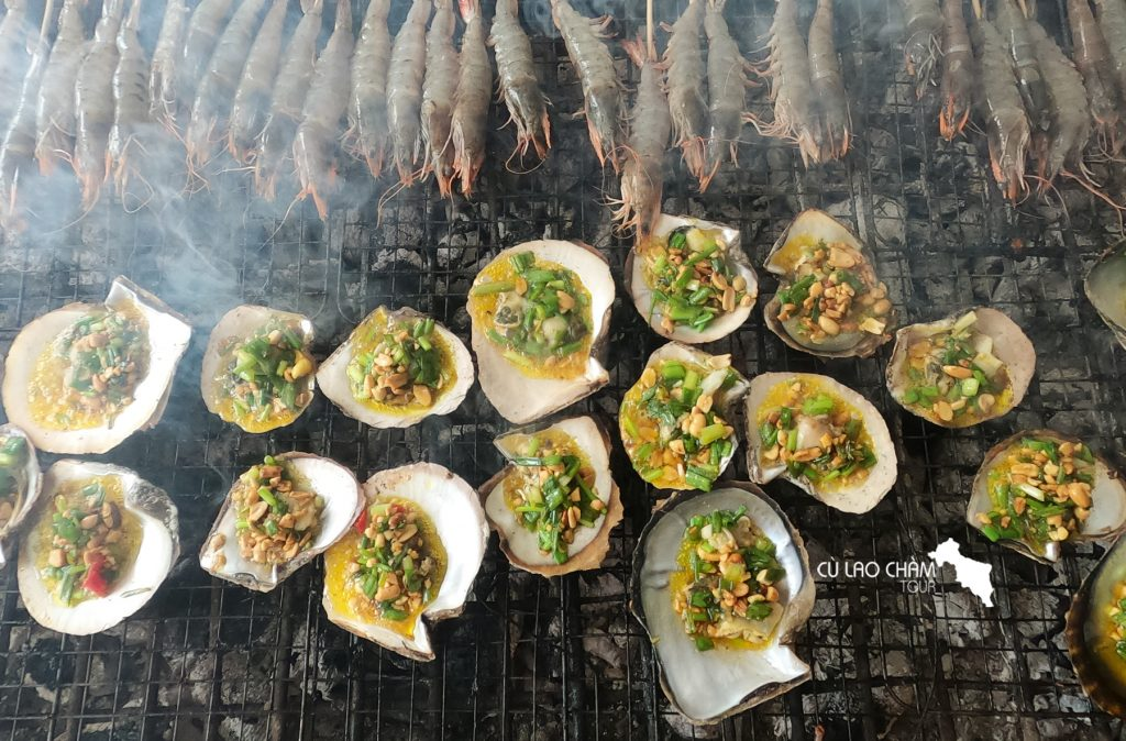 Hải sản được nướng ngay tại chợ phục vụ du khách