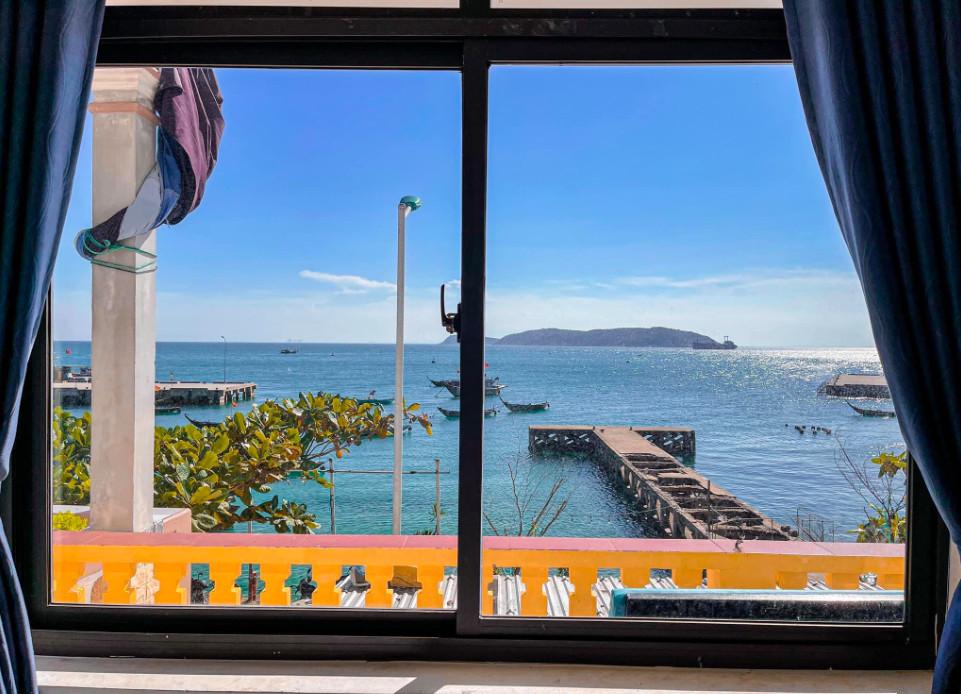 Phòng ngủ homestay có view đối diện với biển