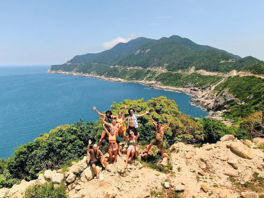Khách nước ngoài thích thú với thiên nhiên hoang dã trên đảo