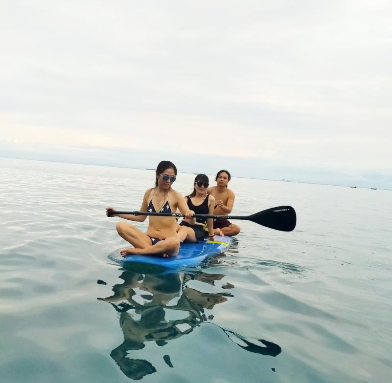 Khách tham giải trí chèo thuyền trước Hải Long Homestay