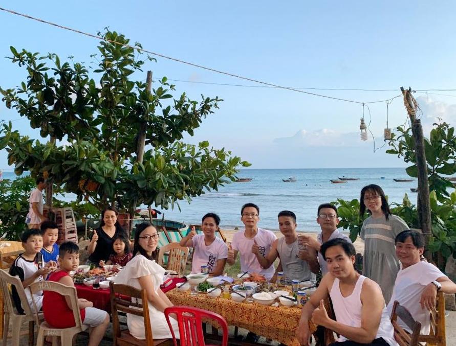 Khách ăn tối trước Ngô Khánh Homestay Cù Lao Chàm