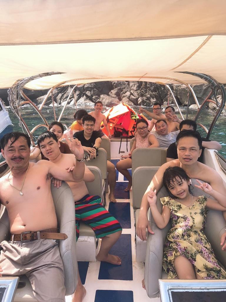 Du khách tắm biển Cù Lao Chàm