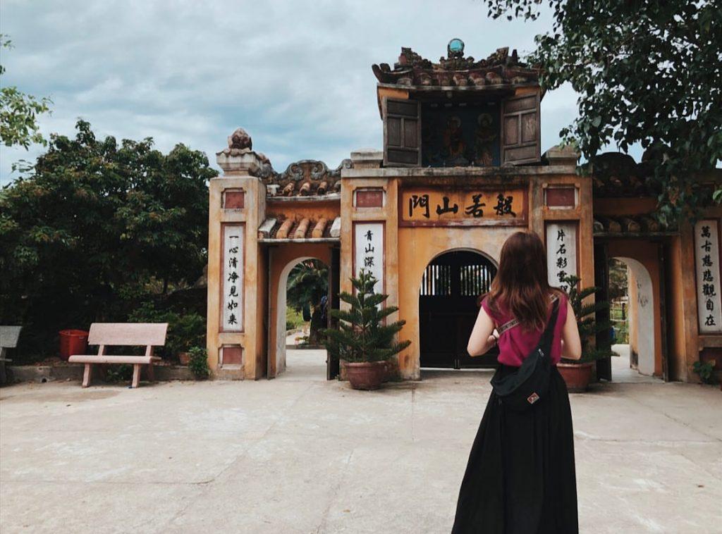 Sân chính điện Chùa Hải Tạng